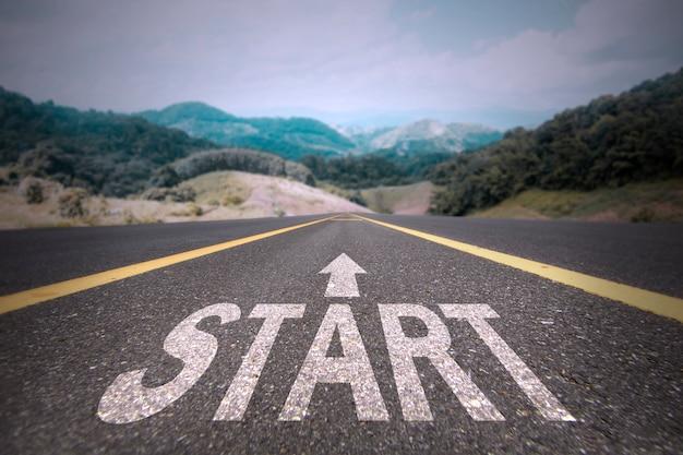 Strada per il concetto di successo, avviare la parola sulla strada Foto Premium