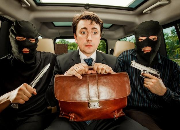 Rapina, uomo d'affari colto in ostaggi. Foto Premium