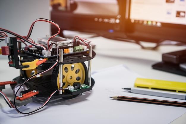 Tecnologia dei robot e concetto di classe di educazione stem: apprendimento dei programmi di luci a led intelligenti dei robot Foto Premium