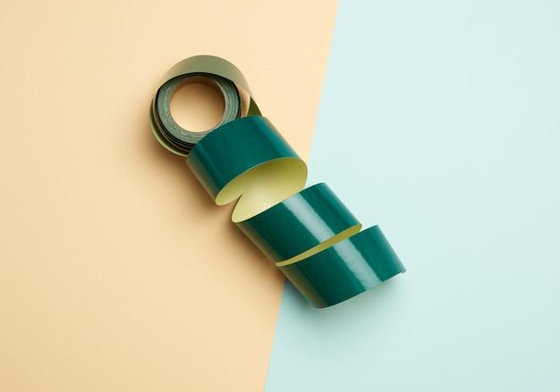 Rotolo di nastro adesivo di carta arrotolato su sfondo colorato Foto Premium