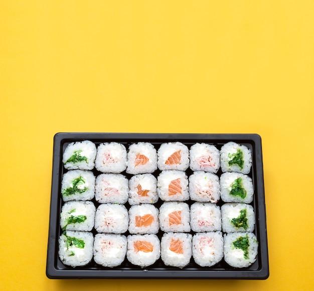 Rotoli in un contenitore di spedizione. consegna di cucina giapponese Foto Premium
