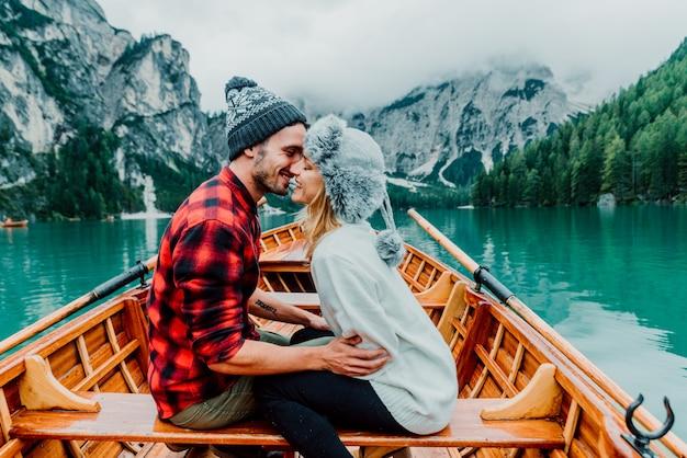 Coppia romantica su una barca sul lago Foto Premium