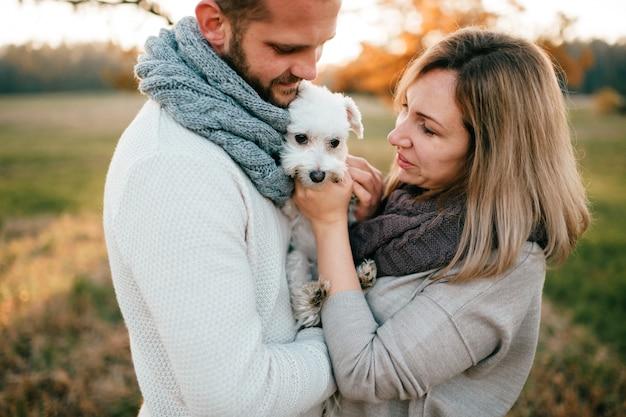 Coppie romantiche con il piccolo ritratto del cucciolo alla natura. Foto Premium