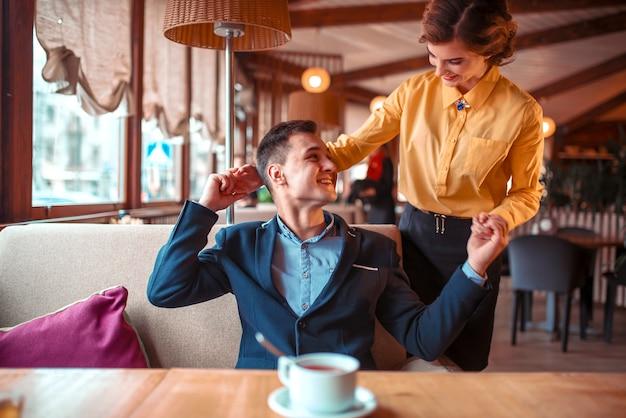 Appuntamento romantico delle coppie di amore nel ristorante Foto Premium
