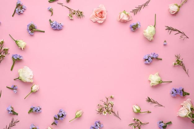 Boccioli di rosa, eustoma, infiorescenze di citronella sul rosa Foto Premium