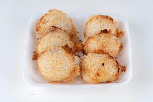 Fila di tipo di dolciumi tailandesi nel piatto di schiuma su uno sfondo bianco. Foto Premium