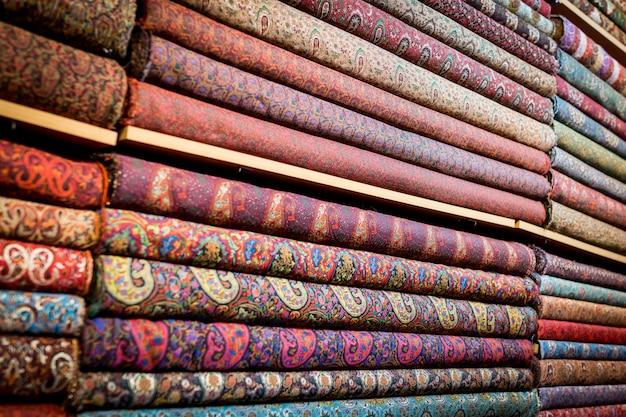 Pila di tappeti e tessuti Foto Premium