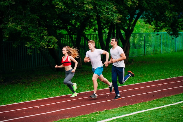 Esecuzione di giovani in pista dello stadio Foto Premium