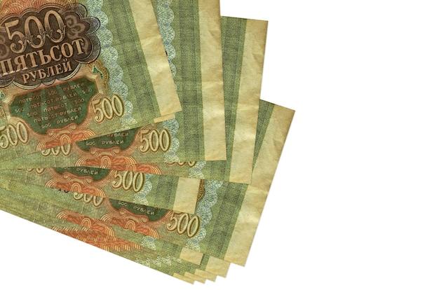 Bollette rubli russi si trova in un piccolo mazzo o pacchetto isolato su bianco Foto Premium