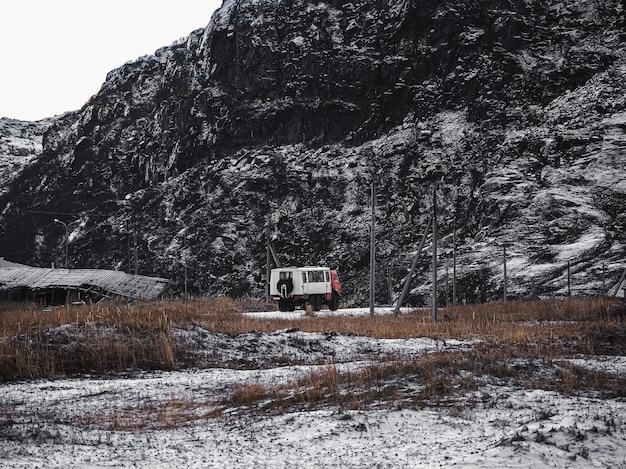 Gli urali russi effettuano un drop-off di turisti nella tundra artica Foto Premium