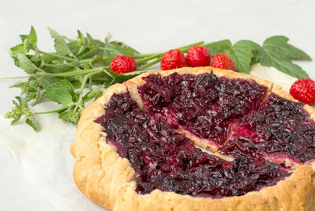 Rustico cherry pie grey background Foto Premium