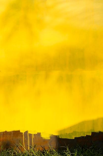 Sfondo muro metallico arrugginito e vecchia vernice gialla Foto Premium