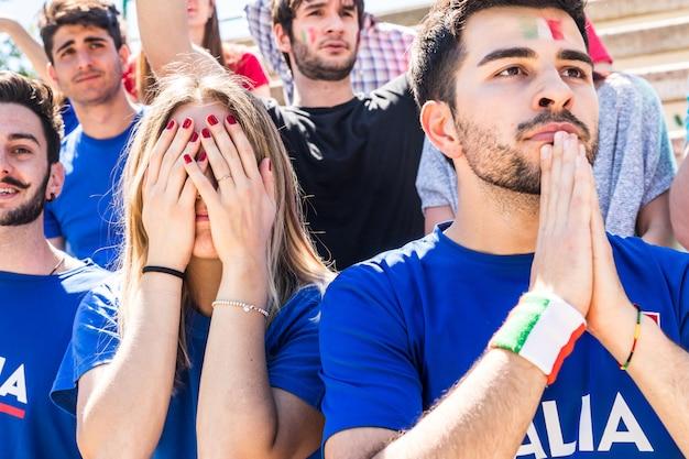 Tristi sostenitori italiani allo stadio dopo aver perso una partita Foto Premium