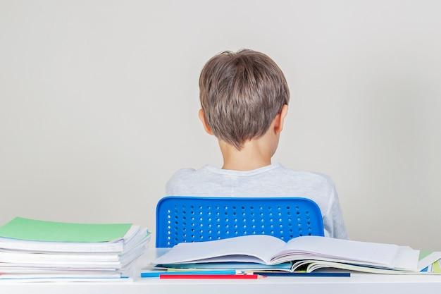 Il ragazzo triste ha problemi con i compiti a scuola Foto Premium