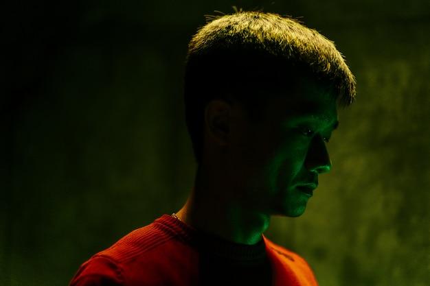Ritratto scuro dell'uomo asiatico triste e stanco Foto Premium
