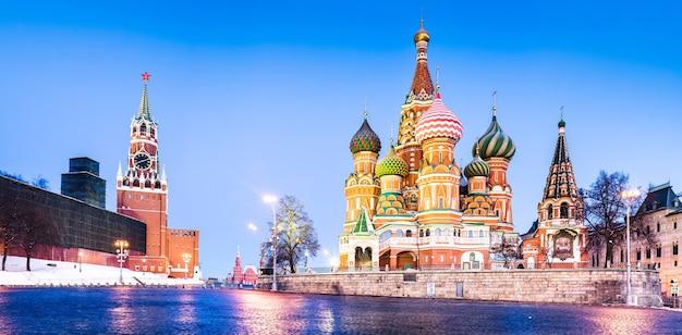 Cattedrale di san basilio e torre dell'orologio del cremlino presso la piazza rossa di mosca, russia Foto Premium