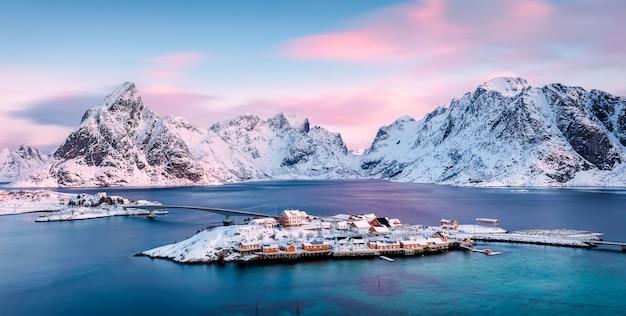 Isola di sakrisoya con le montagne all'alba Foto Premium