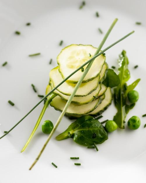Insalata di cetrioli su un primo piano piatto bianco Foto Premium