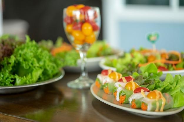 Il cibo per insalate degli amanti della salute sta diventando popolare in tailandia. delizioso. Foto Premium