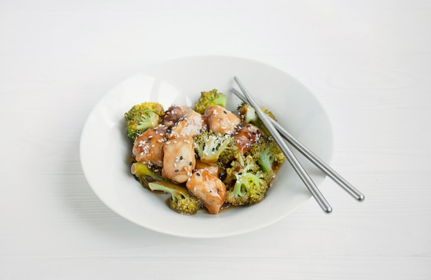 Insalata con broccoli e pollo Foto Premium