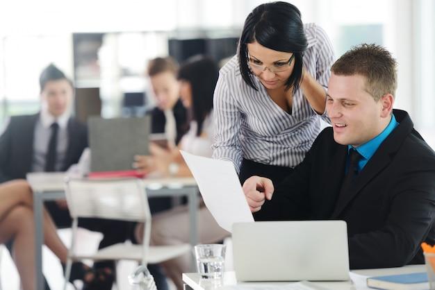 Gruppo di vendite che ha presentazione aziendale in ufficio Foto Premium