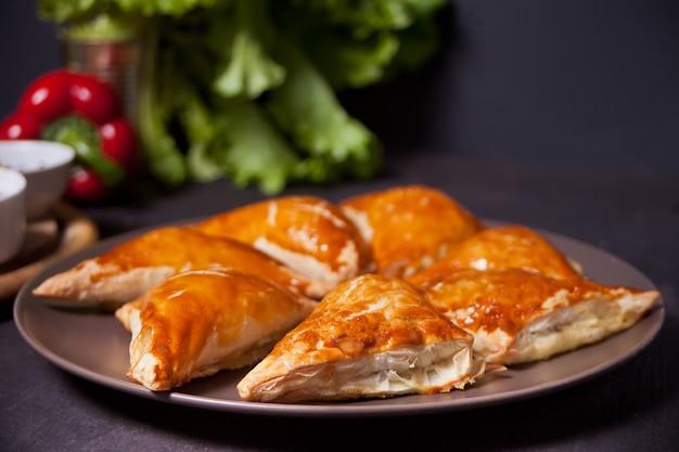 Samsa con salse da immersione. samosa fatti in casa deliziosi. Foto Premium