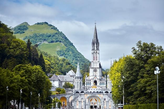 Il santuario di nostra signora di lourdes o il dominio occitanie, francia Foto Premium