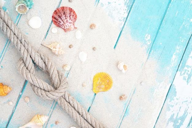 Sabbia e conchiglie su un pavimento di legno Foto Premium
