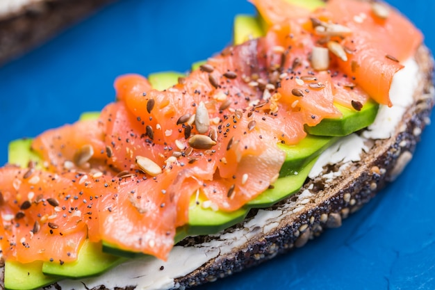Panino con salmone affumicato e cetriolo. concetto per una sana alimentazione. Foto Premium
