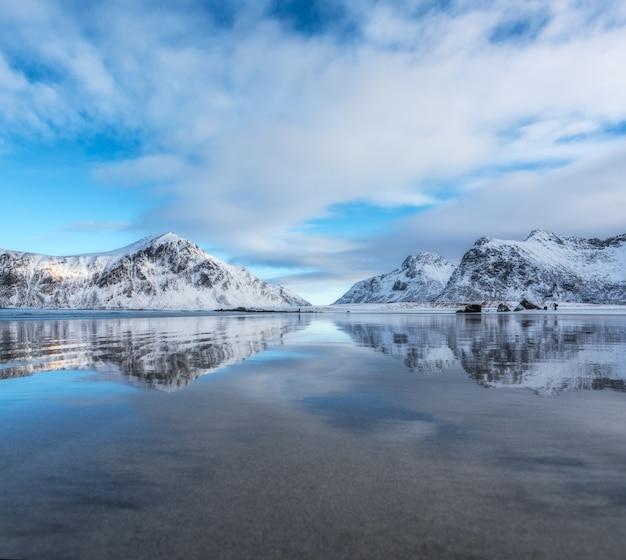 Spiaggia di sabbia con bellissimo riflesso nell'acqua Foto Premium