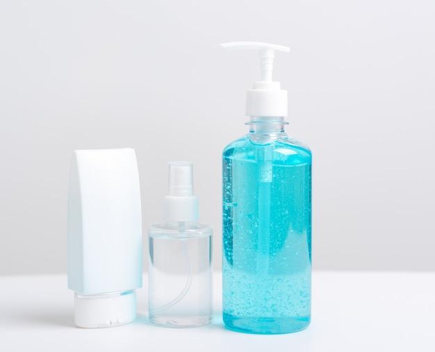 Disinfettante alcol pompa gel e flacone spray Foto Premium