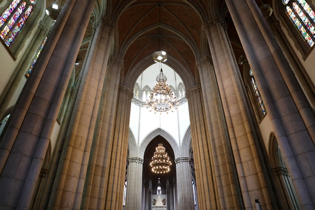 Sao paulo, brasile - 9 maggio 2019: interno della cattedrale di san paolo (catedral da se de sao paulo), san paolo, brasile Foto Premium