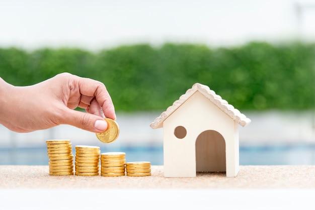 Risparmio di denaro concetto. mano della donna che tiene il budget acquistare casa agente immobiliare. Foto Premium