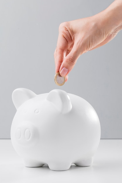 Risparmio nel salvadanaio per economia cris Foto Premium