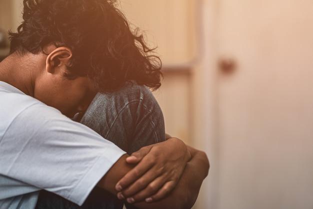 Giovane bambino asiatico spaventato e solo, che è ad alto rischio di essere vittima di bullismo, traffico e abusi, messa a fuoco selettiva Foto Premium