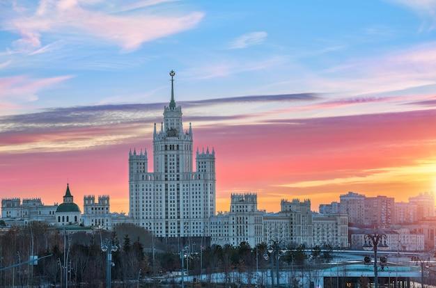Le nuvole scarlatte dell'autunno sorgono su un grattacielo sull'argine di kotelnicheskaya a mosca Foto Premium