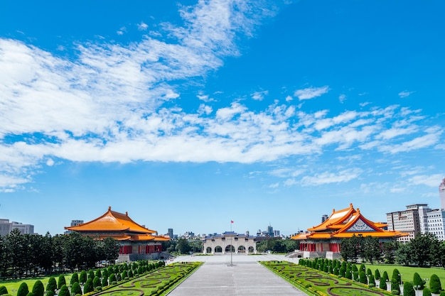 Scene of people sta viaggiando per il national chiang kai-shek memorial hall, taipei, taiwan. Foto Premium