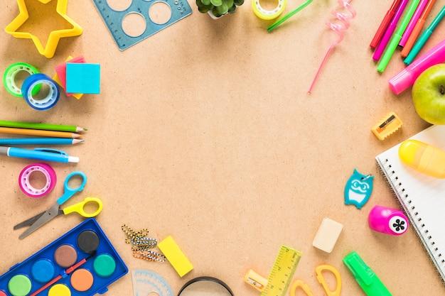 Accessori per la scuola su fondo marrone Foto Premium