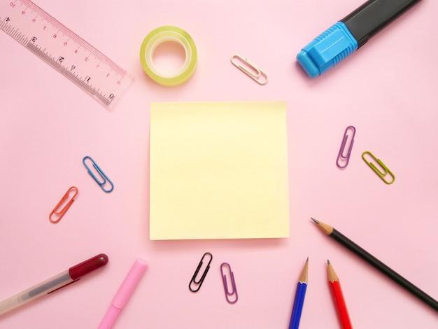 Forniture per ufficio scolastiche su una scrivania con copia spazio. torna al concetto di scuola. Foto Premium