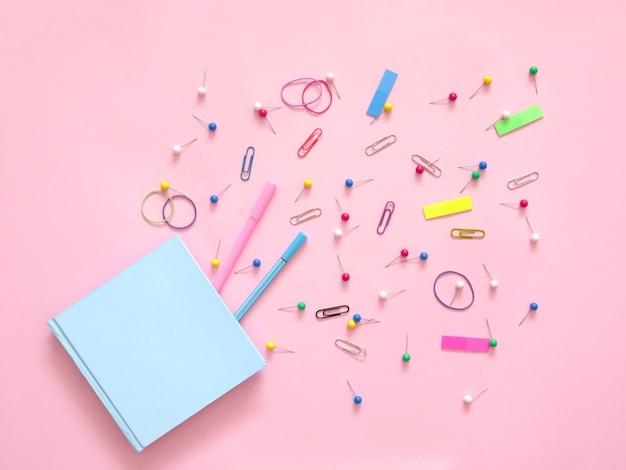 Forniture per ufficio scolastiche su sfondo rosa. torna al concetto di scuola. Foto Premium