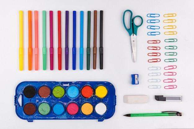 Materiale scolastico disteso Foto Premium