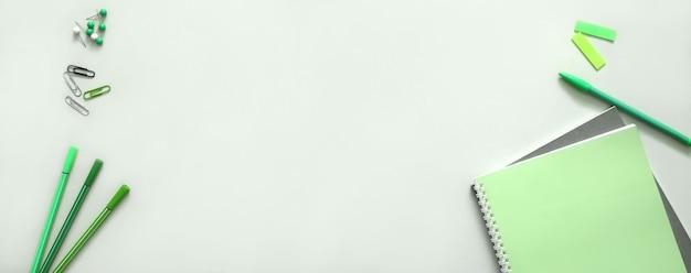 Materiale scolastico in colore verde. torna a scuola sfondo banner per il web design. Foto Premium