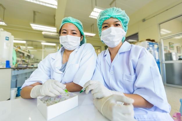 Gli scienziati sorridono in un laboratorio Foto Premium