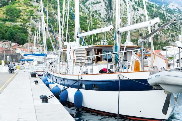 Porto marittimo con yacht Foto Premium