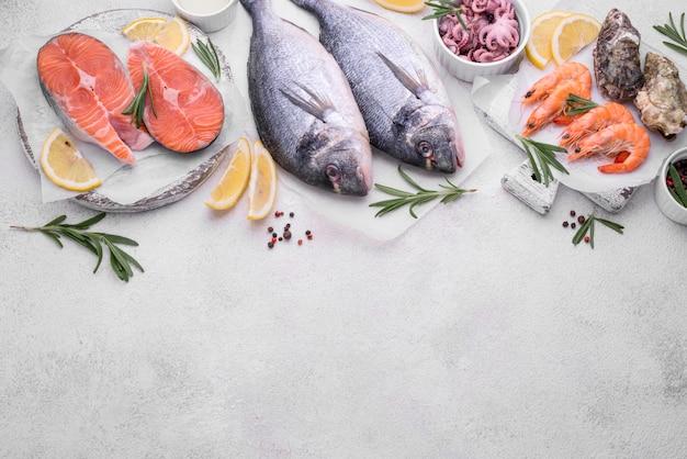 Frutti di mare pesce e limone copia spazio Foto Premium