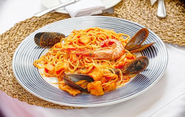 La pasta ai frutti di mare spaghetti con cozze e gamberetti Foto Premium