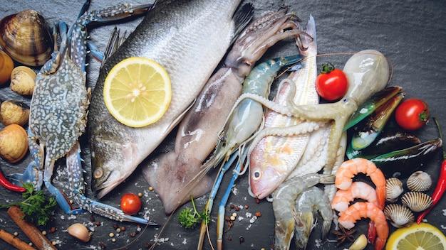 Piatto di frutti di mare con crostacei gamberetti gamberi granchio di conchiglie vongole cozze calamari polpo e pesce Foto Premium