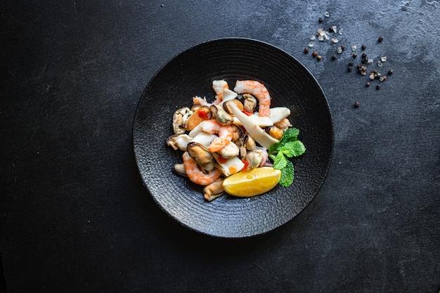 Gamberetti insalata di mare, cozze, calamari e altri spuntini sani Foto Premium