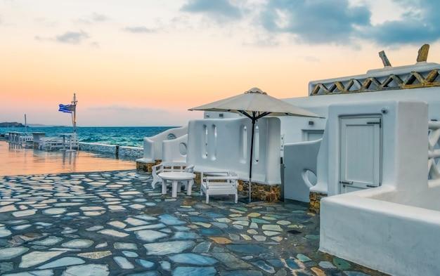 Lungomare dell'isola di paros al tramonto grecia Foto Premium