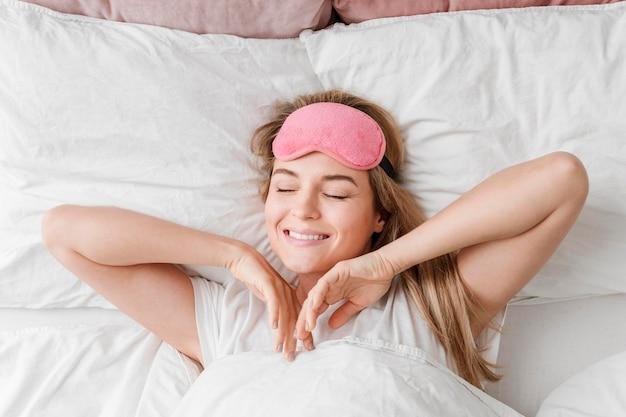 Self care bellezza dormire con la donna Foto Premium